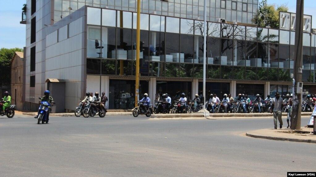 Des motocyclistes en circulation à Lomé, le 14 août 2019. (VOA/Kayi Lawson)