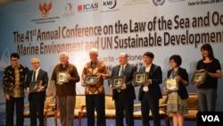 Arif Havas Oegroseno (paling kiri), Ketua Konferensi membahas pengelolaan potensi dan lingkungan Kelautan bersama para narasumber dalam pertemuan yang berlangsung di Yogyakarta. (Foto: VOA/Munarsih)