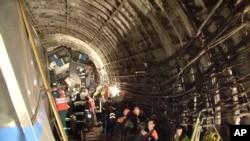 Regu penyelamat berada di dalam terowongan bawah tanah di Moskow pasca insiden kecelakaan kereta (subway), Selasa (15/7). Dua puluh orang dilaporkan tewas dan 150 lainnya dilarikan ke rumah sakit dalam insiden ini (AP Photo/Russian Emergency Situation Ministry).