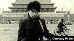 歌手崔健80年代在天安门前的旧照 (照片来源:网络图片/朱大可微博)