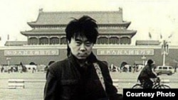 歌手崔健80年代在天安門前的舊照 (照片來源:網絡圖片/朱大可微博)