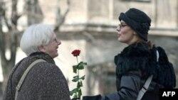 Članovi Socijaldemokratske partija Srbije obeležili su Dan žena deleći ruže prolaznicima kod Terazijske česme u Beogradu.