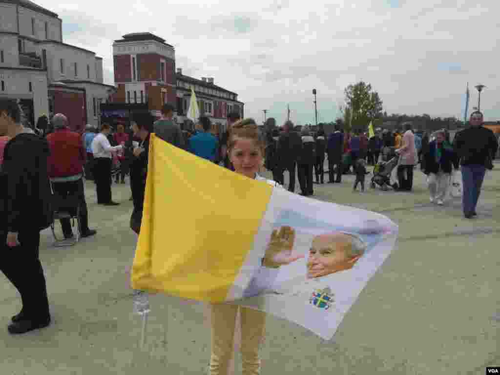 Jacinta Hamilton, 11, came with her family from Belfast, Northern Ireland to Crakow, Poland to celebrate the canonization of Pope John Paul II. He was a resident of Crakow for twenty years and was the first Slavic Pope in history, April 27, 2014. (Jerome Socolovsky/VOA)