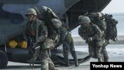 한국 군 서북도서방위사령부가 10일 호국훈련의 일환으로 서북도서지역에서 육·해·공 합동전력이 참가한 가운데 다양한 적 도발 상황을 대비한 실전적 도서 방어훈련을 실시했다.