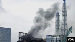 Asap hitam tampak membubung dari reaktor nomor 3 pada PLTN Fukushima, Jepang Senin (21/3).