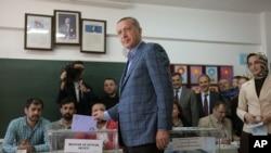 Thủ tướng Thổ Nhĩ Kỳ Recep Tayyip Erdogan đi bỏ phiếu tại một trạm bầu cử ở Istanbul, ngày 30/3/2014.