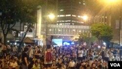 香港學聯七一遊行後舉行公民抗命行動預演佔中 (美國之音海彥拍攝) (資料照片)