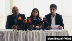 Para pengacara ketua Partai Pekerja Kurdistan (PKK) Turki yang militan, Abdullah Ocalan dalam konferensi pers di Istanbul, Senin (6/5).