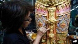 Một nghệ nhân đang trang trí một tượng thiên thần dựa theo sử thi Ấn Ðộ để trang hoàng cho đài hỏa táng hoàng gia ở Bangkok, Thái Lan (ảnh tư liệu ngày 8/8/2017).