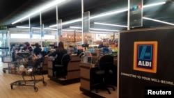 Archivo - Clientes comprando en el supermercado Aldi en Wheaton, Illinois.