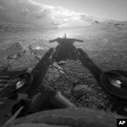 ພາບນີ້ ຖ່າຍເມື່ອວັນທີ 26 ກໍລະກົດ 2004, ເປີດເຜີຍໂດຍ ອົງການ NASA ສະແດງໃຫ້ເຫັນເົງາຂອງລົດສຳຫຼວດ ດາວອັງຄານ Opportunity ໃນຂະນະທີ່ມັນ ໄດ້ເດີນທາງເລິກເຂົ້າໄປ ໃນຂຸມທີ່ເກີດຈາກດາວຕົກໃສ່ ເອີ້ນວ່າ Endurance Craterໃນຂົງເຂດ Meridiani Planum ຂອງດາວອັງຄານ.
