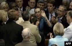 Gabrielle Giffords Temsilciler Meclisi'ne girişinde alkışlarla karşılandı