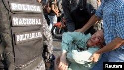 Teodoro Campos, député de l'opposition et chef de la sécurité du candidat à la présidentielle vénézuélienne Henri Falcon, reçoit de l'aide après avoir été blessé lors d'un meeting de Falcon, à Caracas, au Venezuela, le 2 avril 2018.