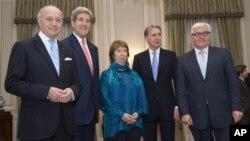 ຈາກຊ້າຍ ລັດຖະມົນຕີຕ່າງປະເທດຝຣັ່ງ ທ່ານ Laurent Fabius, ທ່ານ John Kerry ລມຕ ສະຫະລັດ, ທ່ານນາງ Catherine Ashton ຫົວໜ້າວາງນະໂຍບາຍ ສະຫະພາບຢູໂຣບ , ລມຕ Philip Hammondແຫ່ງອັງກິດ ແລະທ່ານ Frank-Walter Steinmeier ລມຕ ເຢຍຣະມັນ ຖ່າຍຮູບຮ່ວມກັນ ຢູ່ບ້ານພັກຂອງເອກອັກຄະລັດຖະທູດອັງກິດ ທີ່ວຽນນາ ວັນທີ 23 ພະຈິກ 2014