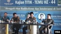 Diskusi Kajian Titik Temu membahas Akar Radikalisme dan Intoleransi di Indonesia yang diadakan Nurcholish Madjid Society dan LP Ma'arif NU di Surabaya. (Foto: Petrus Riski/VOA)