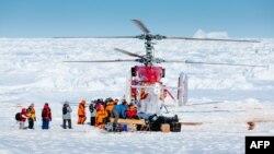 Ảnh do bác sĩ Andrew Peacock trong đoàn thám hiểm, www.footloosefotography.com, chụp một máy bay trực thăng từ chiếc tàu phá băng Tuyết Long của Trung Quốc bốc các hành khách đầu tiên từ chiếc tàu MV Akademik Shokalskiy của Nga bị kẹt ở Nam cực, 2/1/2014