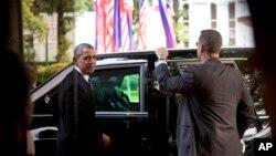 El presidente BarackObama se prepara para entrar a su limusina, al salir del Palacio Malacanang, en Manila.