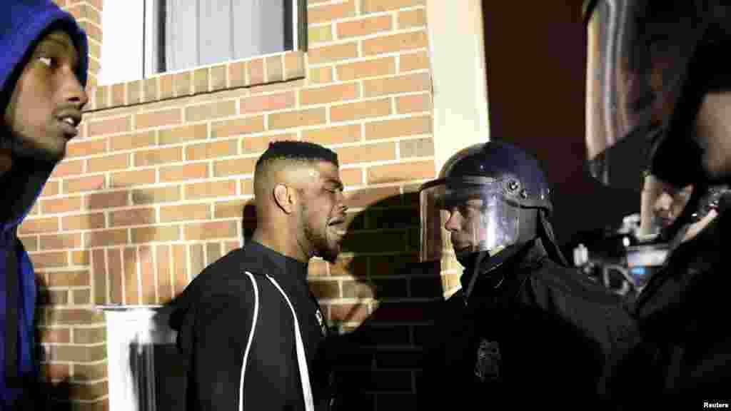 Para demonstran mengkonfrontasi polisi dekat kantor polisi distrik barat Baltimore untuk memprotes atas kematian Freddie Gray dalam tahanan polisi di Baltimore (25/4). (Reuters/Sait Serkan Gurbuz)
