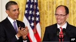 18일 백악관에서 토마스 페레즈 현 법무부 차관보(오른쪽)를 신임 노동장관에 지명한 바락 오바마 미국 대통령.