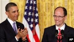 Ông Perez vàTổng thống Hoa Kỳ Barack Obama (AP Photo/Jacquelyn Martin)