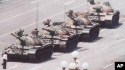 Ảnh chụp một thanh niên mặc áo sơ mi trắng đứng chặn đầu xe tăng vào tháng 6 năm 1989 tại Trung Quốc.