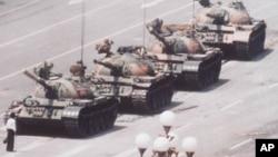 1989年6月5日军队坦克向天安门开进时被一位年轻人挡住