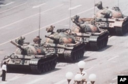 1989年6月一男子站在天安门广场附近的坦克前。