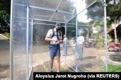 Seorang siswa yang memakai masker pelindung mask ke dalam ruang desinfeksi setelah pemerintah Indonesia membuka kembali sekolah dengan menerapkan proses pembelajaran tatap muka di tengah wabah Covid-19 di Salatiga, Provinsi Jawa Tengah, 13 Juli 2020. (Fot