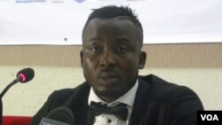 Kodjovi Obilalé a présenté son livre au grand public à Lomé, le 29 décembre, 2015. (VOA/Kayi Lawson)