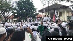Massa Front Pembela Islam (FPI) berorasi di depan PN Bandung, Selasa, 23 Oktober 2018, ketika berlangsung sidang praperadilan SP3 kasus Rizieq Shihab. (Foto: Rio Tuasikal/VOA)
