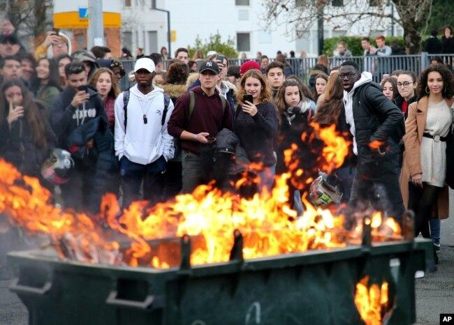 Las violentas protestas en Francia en los últimos días muestran la ira de los franceses debido al alza del costo de la vida en la nación.