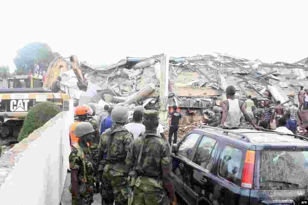 7일 가나 수도 아크라에서는 6층 높이의 쇼핑몰이 개장 직전 무너지는 사고가 발생했다. 잔해를 바라보는 주민들.