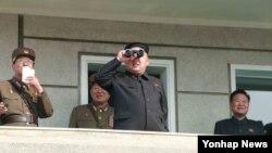 북한 김정은 국방위원회 제1위원장이 북한군 제526대연합부대와 제478연합부대 사이의 실기동훈련을 참관했다고 조선중앙통신이 지난달 24일 보도했다. (자료사진)