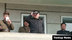 북한 김정은 국방위원회 제1위원장이 북한군 제526대연합부대와 제478연합부대 사이의 실기동훈련을 참관했다고 24일 조선중앙통신이 보도했다. 촬영날짜는 최근이라고 밝힘.