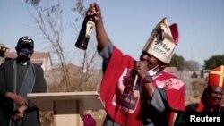 Tsietsi Makiti, le pape de l'église Gabola en Afrique du Sud, lors d'un culte en juin 2020. (Photo REUTERS/capture d'écran)