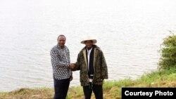 Rais Uhuru Kenyatta na Yoweri Museveni wakati wa utiaji saini wa makubaliano yenye lengo la kukuza amani endelevu na maendeleo kati ya jamii za Turkana, Pokot na Karamojong.