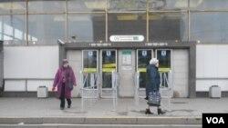 Люди, не попавшие в метро, расходятся в поисках наземного транспорта. Санкт-Петербург, Россия. 3 апреля 2017 г.