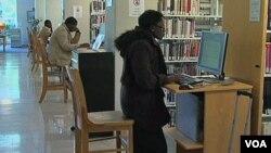 Mahasiswa di Sekolah Program Diploma Tidewater, Virginia, terlihat menggunakan komputer perpustakaan sekolah itu untuk menyerahkan perkiraan anggaran pendapatan dan pengeluaran selama kuliah dan setelah lulus sebagai syarat untuk mengajukan pinjaman bagi