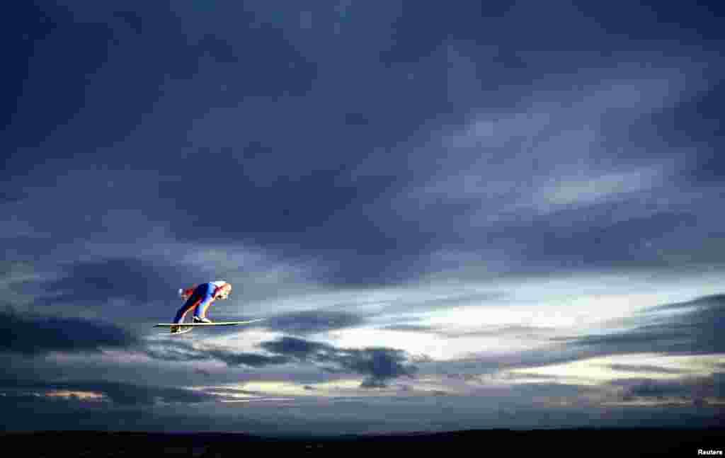 Vận động viên trượt tuyết người Áo Stefan Kraft bay người trên không, khi thực hiện cú nhảy trong cuộc thi chung kết giải vô địch trượt tuyết thế giới Nordic ở Falun, Thụy Điển, 28/2/15