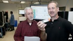 圣路易斯市华盛顿大学基因组中心主任里查德·威尔逊(右)与他的同事