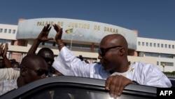 Le député sénégalais, Barthélemy Dias, salue les sympathisants alors qu'il quitte le palais de justice de Dakar le 1er décembre 2016.