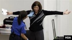 La oposición a los controles corporales llevó a la TSA a revisar algunos protocolos, aunque mantendrá los controles durante el Día de Acción de Gracias.