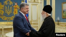 Президент України Петро Порошенко та голова УПЦ КП Патріарх Філарет