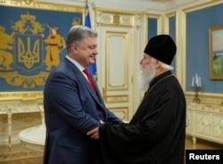 Ukrajinski predsednik Petro Porošenko, levo, sastaje se sa patrijarhom Filaretom, čelnikom Ukrajinske pravoslavne crkve Kijevske patrijaršije, u Kijevu, Ukrajina, 11. oktobra 2018.