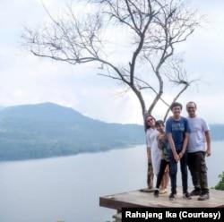 Rahajeng Ika berlibut bersama keluarga. (Foto: Rahajeng Ika/pribadi)