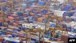 Kontainer-kontainer di pelabuhan Singapura.