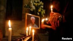 Một nhà thờ ở Cape Town thắp nến cầu nguyện cho sức khỏe của ông Nelson Mandela, ngày 28/6/2013.