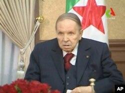 압델라지즈 부테플리카 알제리 대통령이 지난 11일 회의하는 장면이 TV로 중계되고 있다.