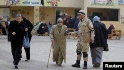 Cử tri đến một địa điểm bầu cử tại Cairo, ngày 14/1/2014.