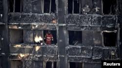 Nhân viên dịch vụ khẩn cấp đang làm việc bên trong tòa tháp chung cư cao tầng Grenfell sau vụ hỏa hoạn.